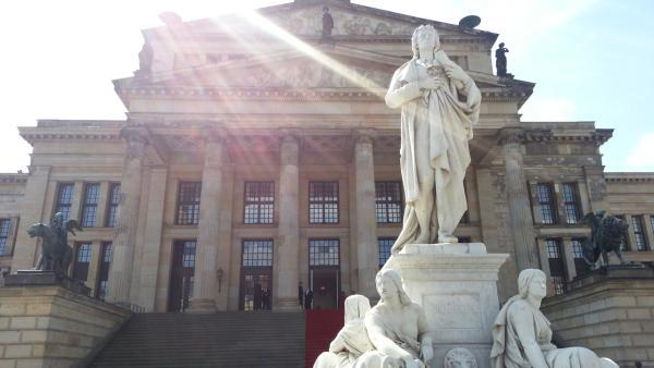 Schiller auf dem Gendarmenmarkt in Berlin, mit natürlicher Bestrahlung und rotem Teppich!